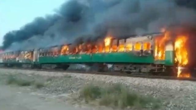 Foto: Api Membakar Gerbong Kereta di Pakistan (259187)