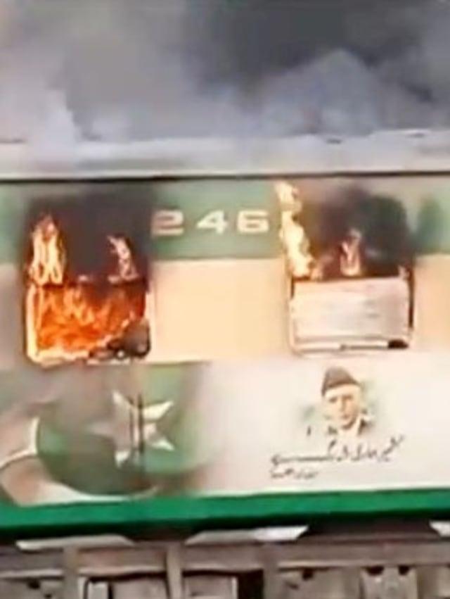 Foto: Api Membakar Gerbong Kereta di Pakistan (259189)