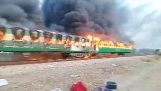 Foto: Api Membakar Gerbong Kereta di Pakistan (259190)