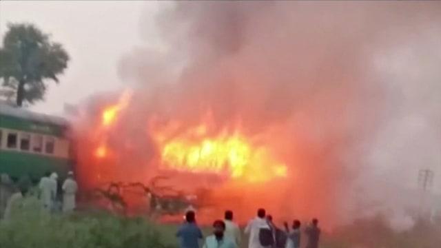 Foto: Api Membakar Gerbong Kereta di Pakistan (259188)