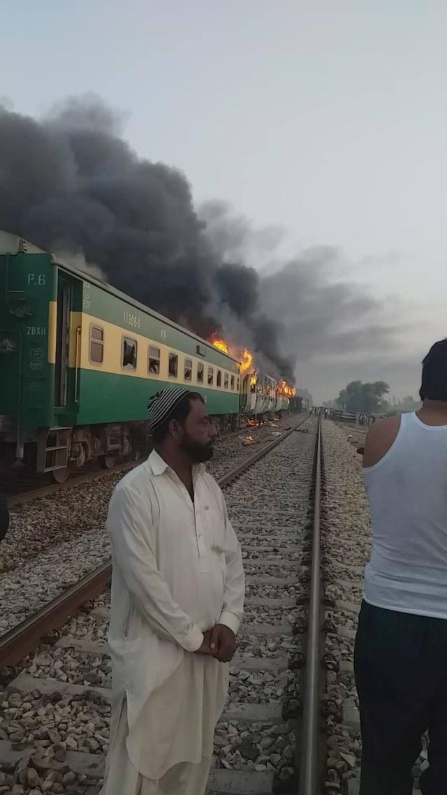 Foto: Api Membakar Gerbong Kereta di Pakistan (259186)