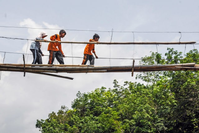 Jembatan bambu rusak di Kampung Cigedang, Desa Leuwiipuh, Lebak, Banten