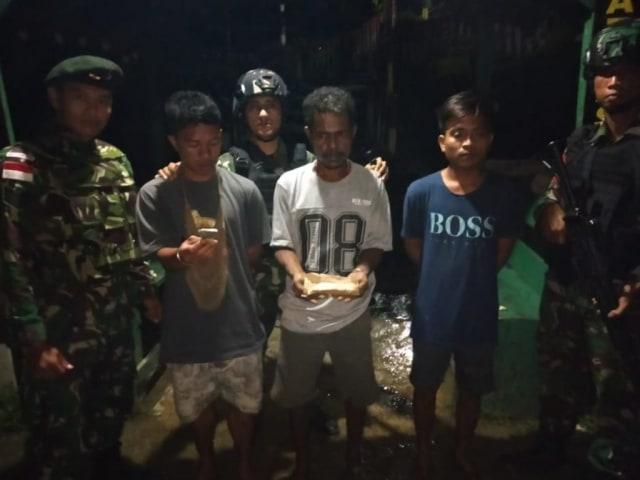 TNI Amankan Dua Orang di Perbatasan RI-PNG  (515427)