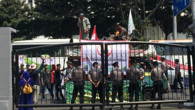 Protes Cukai Rokok Naik, Petani Tembakau Demo di Kantor Sri Mulyani (323403)