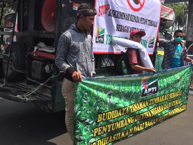 Protes Cukai Rokok Naik, Petani Tembakau Demo di Kantor Sri Mulyani (323402)