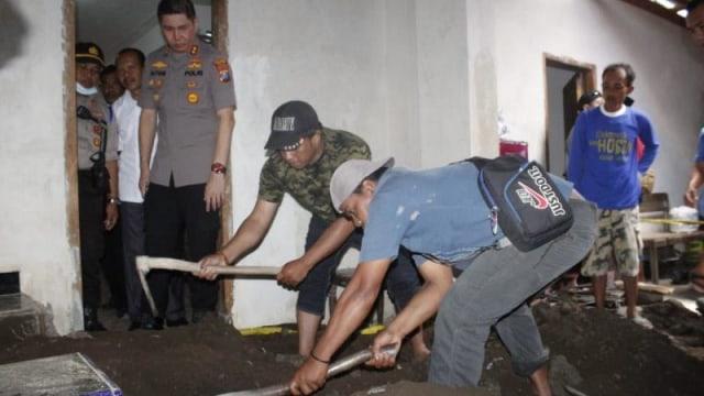 Ibu dan Anak Saling Tuding Membunuh dan Membeton Surono Dalam Musala (72238)