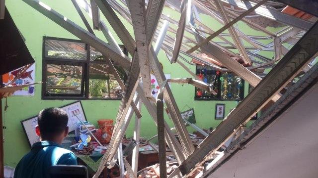 2 Tersangka Ambruknya Atap SD Gentong Pasuruan Segera Disidang (80133)