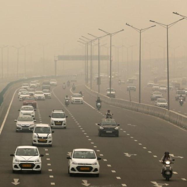 Suasana jalan tol di Delhi, India, yang diselimuti polusi.