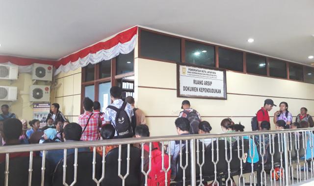 Para pencari kerja sedang mengurus dokumen kependudukan di Kantor Walikota Jayapura, Papua-Foto Imelda.jpg