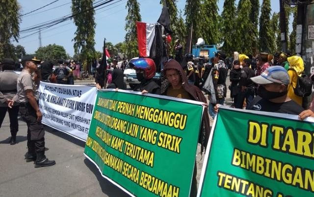 Pemimpin Aliran Sesat di Gowa Ditangkap, Ratusan Pengikut Unjuk Rasa (61848)