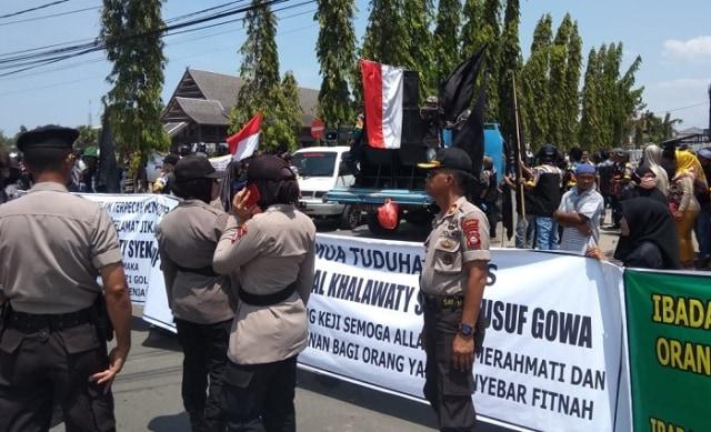 Pemimpin Aliran Sesat di Gowa Ditangkap, Ratusan Pengikut Unjuk Rasa (61849)