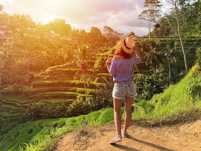 Ilustrasi milenial traveling di Indonesia