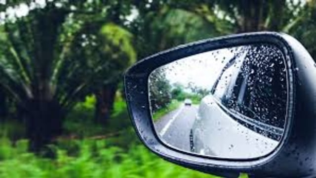 Solusi Mudah Bikin Kaca Spion Bebas Buram di Musim Hujan (70345)