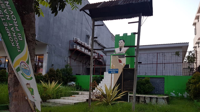 monumen aa maramis yang tak terurus di manado 4.png