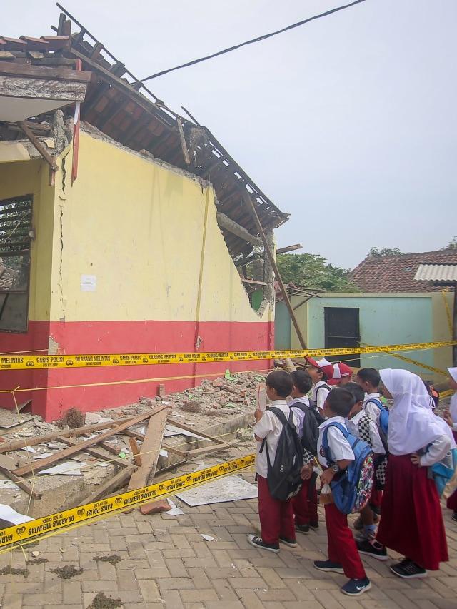 Tiga Ruang Kelas SD di Tangerang Roboh Akibat Pergeseran Tanah (307575)