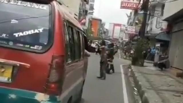Aksi Pria Diduga Gangguan Jiwa Bantu Ambulans yang Terjebak Kemacetan (133743)