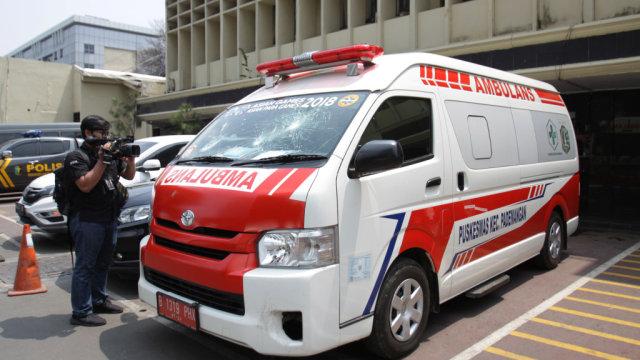 Aksi Pria Diduga Gangguan Jiwa Bantu Ambulans yang Terjebak Kemacetan (133742)