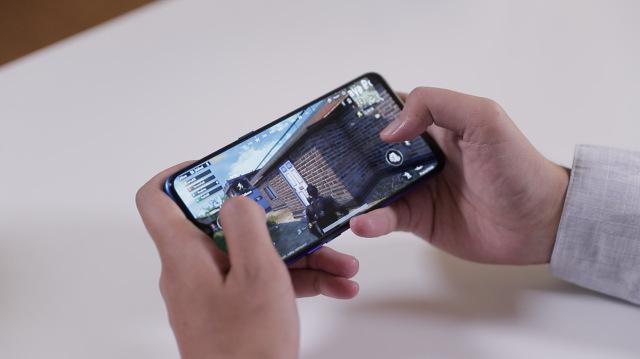 Ilustrasi main game di smartphone Realme XT