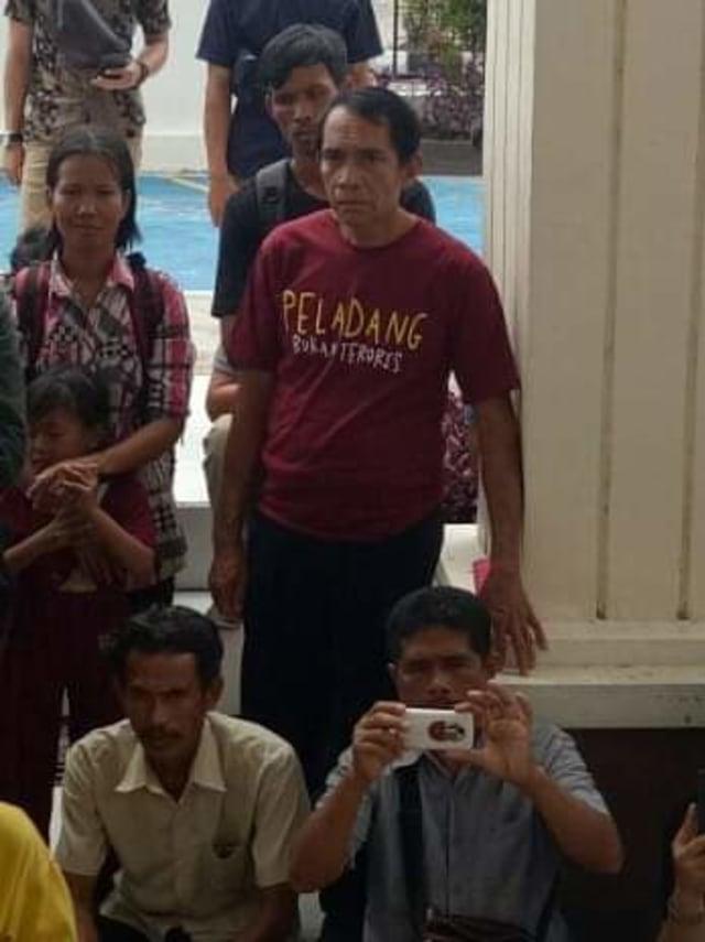 Sidang Kasus Karhutla, Keluarga Pakai Kaus 'Peladang Bukan Penjahat'  (290904)