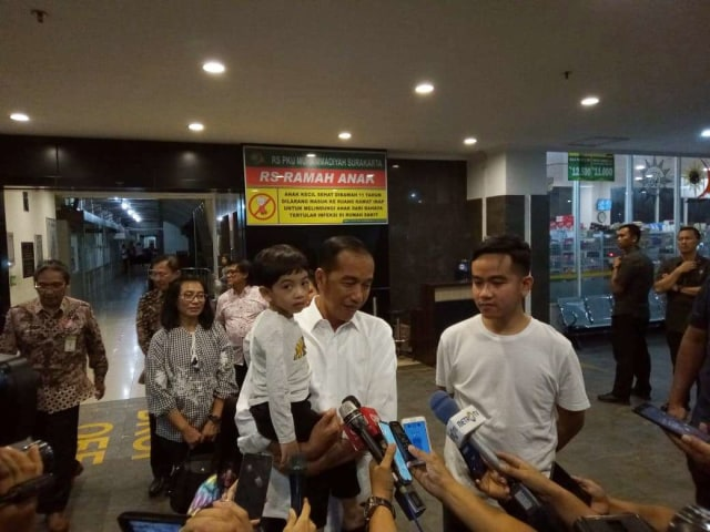 Jokowi, Iriana, dan Jan Ethes Kembali Jenguk La Lembah Manah di RS (239188)
