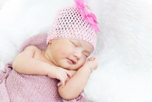 Ilustrasi bayi pakai topi