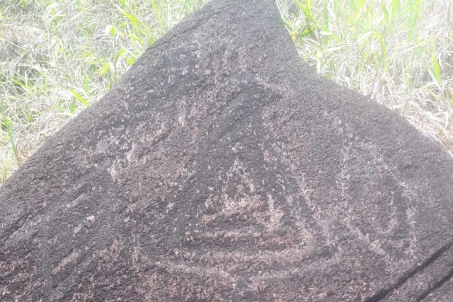 Situs Megalitik Tutari terdapat lukisan yang dihasilkan dengan cara menggores batu berjenis batuan beku peridiotit. (Foto dok Balai Arkeologi Papua).jpg