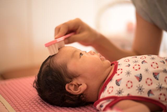 Lebih Baik Mana, Kerak di Kepala Bayi Dibersihkan atau Dibiarkan? (332485)