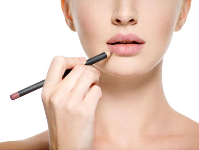 Ilustrasi Memakai Lipstik