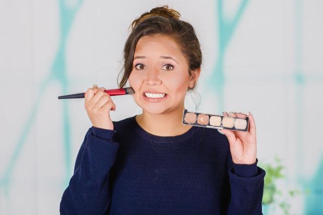 Ilustrasi makeup menggumpal