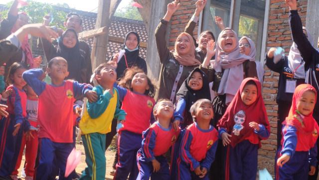 Peringati Hari Anak Dunia, FKMP Kobar Mengajar  (10790)