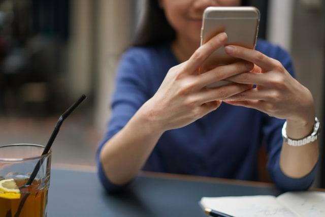 Cara Pegang Handphone Bisa Ungkap Kepribadian Seseorang, Kamu yang Mana? (7840)