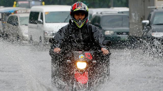 Pemotor, Jangan Paksakan Diri untuk Berkendara dalam Kondisi Hujan  (252069)