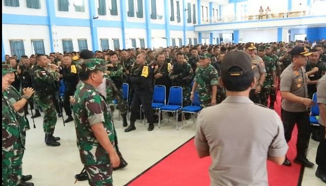 Kapolri dan Panglima TNI Berikan Arahan Prajurit di Wamena (140717)