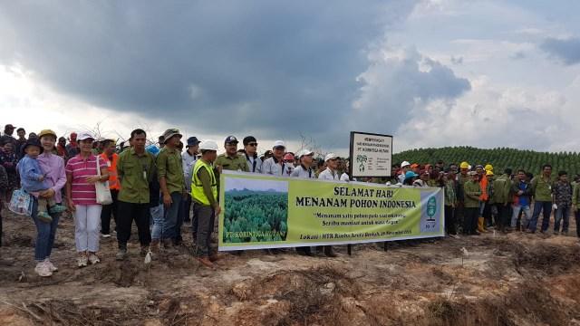 Bersama Warga, PT Korintiga Hutani Tanam Ribuan Pohon Peringati HMPI  (422477)