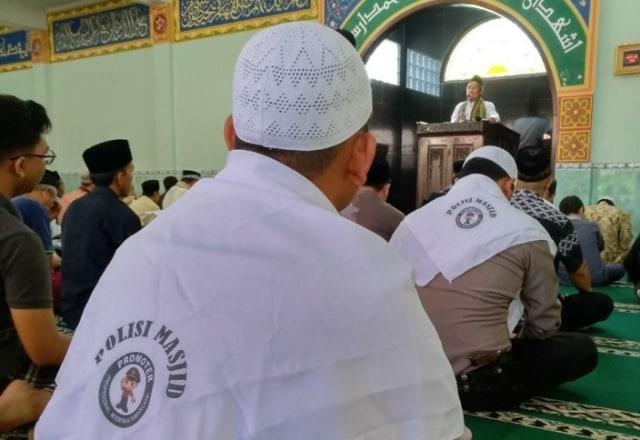 Beredar Foto Polisi Masjid, Ternyata Kejadian Dua Tahun Lalu (303099)