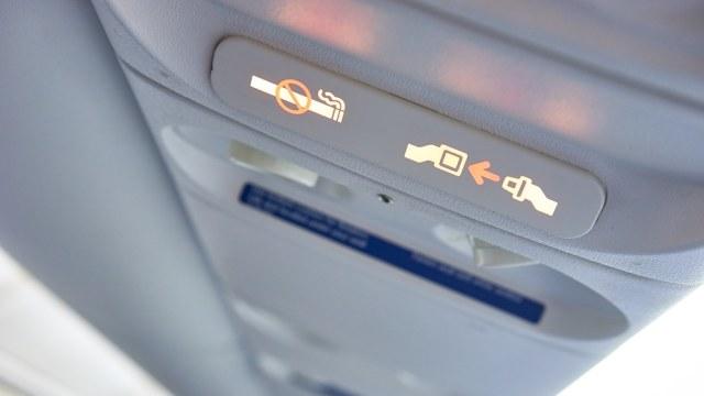Ilustrasi seat belt di pesawat