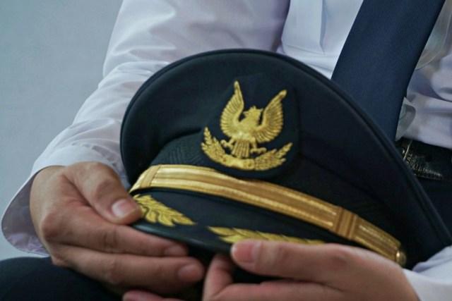 LIPSUS Perbudakan Pilot, Ilustrasi topi pilot