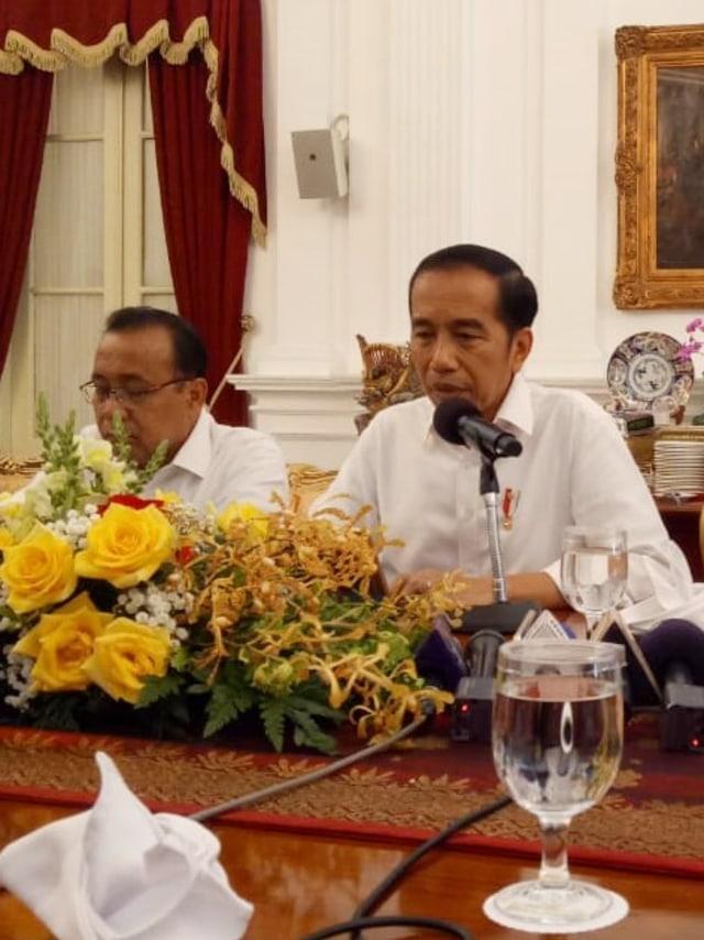 Joko Widodo menjawab pertanyaan wartawan, POTRAIT