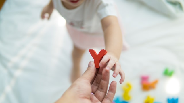 Ilustrasi bayi senang menjatuhkan mainan atau barang