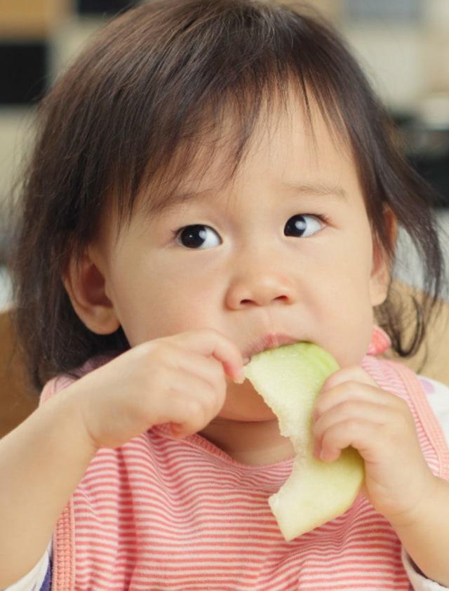 bayi makan buah potrait