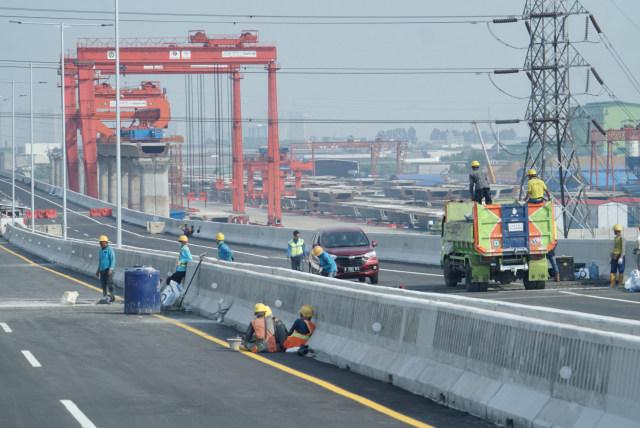 Pembangunan jalan layang tol Jakarta-Cikampek