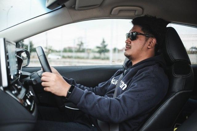 Waspada, Ini Bahayanya Punggung Tak Menempel di Jok Saat Mengemudi Mobil (579189)