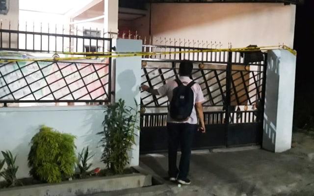 Polisi memasang garis polisi di rumah terduga teroris di Sentani, Kabupaten Jayapura, Papua-Foto Katharina.jpg