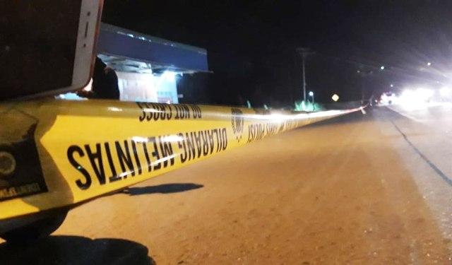 Polisi pasang garis di pinggir Jalan Raya Doyo Baru Sentani-Foto Katharina .jpg