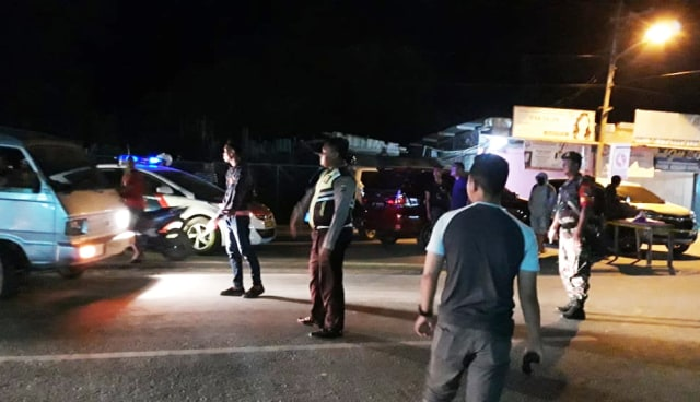 Saat polisi melakukan olah tempat kejadian perkara terhadap penagkapan terduga teriris di Sentani, Kabupaten Jayapura-Foto Katharina.jpg