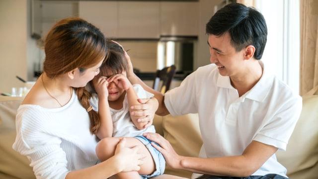Anak menangis setelah digelitik orang tua