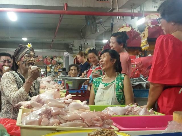 Dadong Rerod Ikut Kampanye Pengurangan Plastik di Pasar Badung (206747)