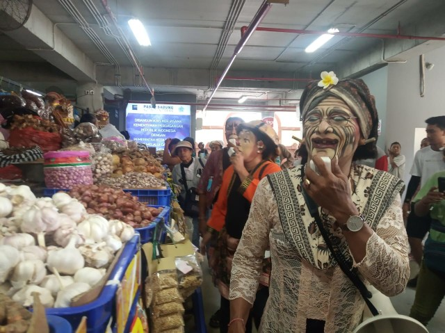 Dadong Rerod Ikut Kampanye Pengurangan Plastik di Pasar Badung (123961)