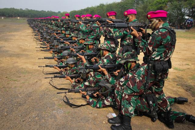 Foto: 1.474 Prajurit Marinir Pecahkan Rekor MURI Penembak Terbanyak (101611)