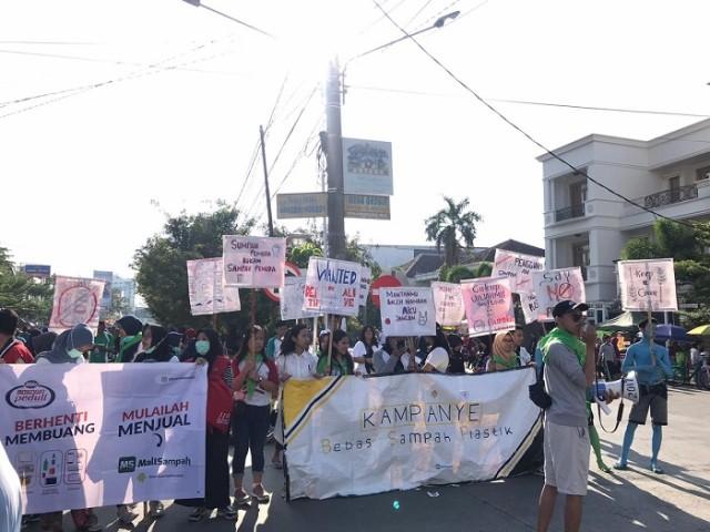 KSR PMI Unibos Kampanyekan Bebas Sampah Plastik di Makassar (48541)